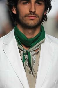 С чем сочетать модный зеленый шарф