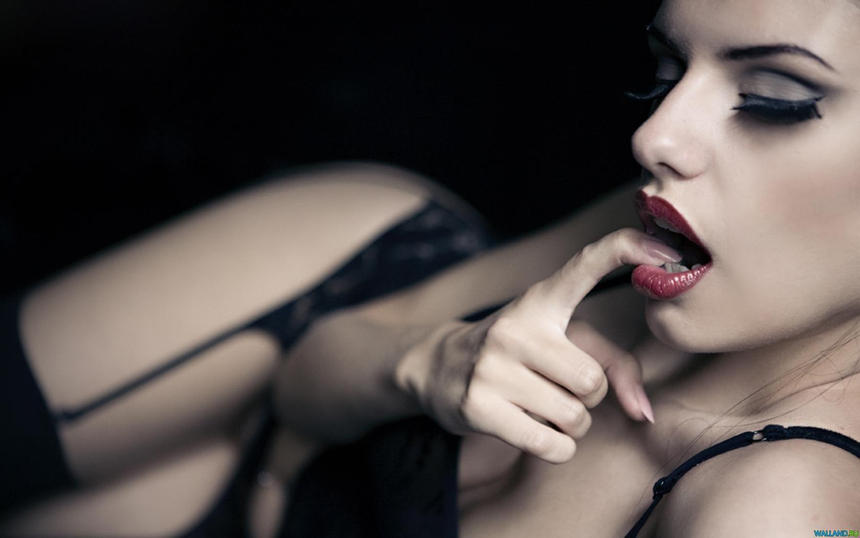 У девушки во рту 2 фотография